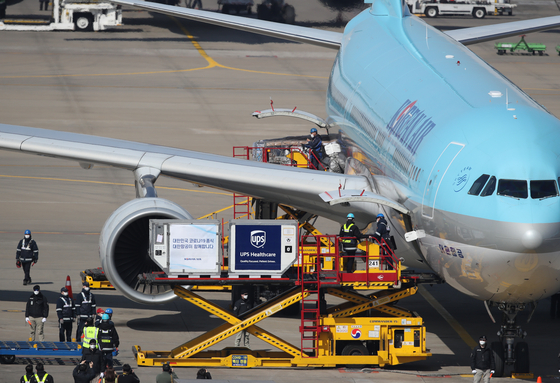 Korea's first batch of Pfizer vaccines, enough to inoculate around 58,500 people, arrives at Incheon International Airport on Friday morning. These vaccines were obtained through the Covax Facility. [YONHAP]