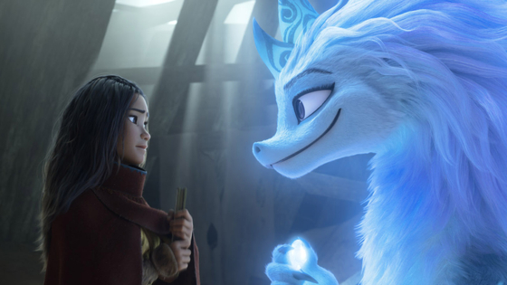 Raya seeks the help of the legendary dragon, Sisu, to help reunite the lands of Kumandra and defeat the Druun, the monsters made up of black and purple clouds that turn people into stone statues. [WALT DISNEY COMPANY KOREA]