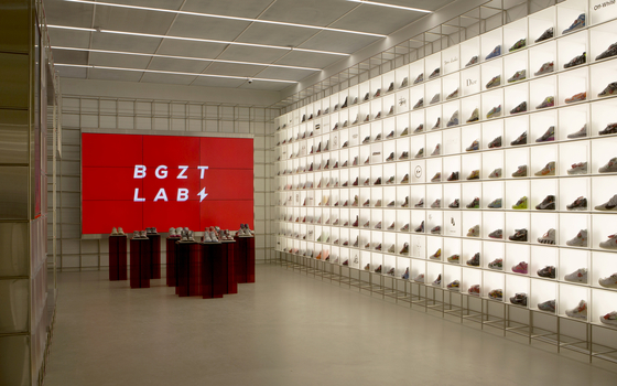 Online secondhand market Bungaejangter opened its first offline store Bgzt Lab at The Hyundai Seoul in Yeouido, western Seoul on Friday. [BUNGAEJANGTER]