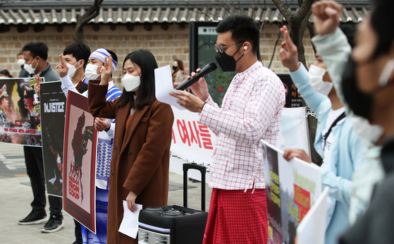 A group of Burmese people living in Korea stage a rally near the Chinese Embassy in Seoul on Sunday, denouncing the Chinese government for supporting the recent military coup in Myanmar. [NEWS1]