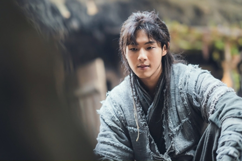 """A scene from KBS's ongoing drama """"River Where the Moon Rises,"""" a periodic romance based on the novel """"Princess Pyeonggang"""" (2010) by Choi Sa-gyu. It is a fictional reinterpretation of the folktale of Princess Pyeonggang and the Fool Ondal of Goguryeo (37 B.C. to A.D. 668). [KBS]"""