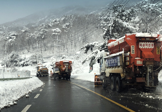 Snow clearing efforts are underway in Yangyang County, Gangwon, Tuesday afternoon after heavy snowfall since Monday led to one death and hundreds of stranded vehicles due to slippery roads. [NEWS1]
