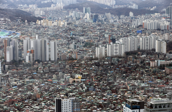 View of apartments in Seoul on Tuesday. According to KB Kookmin Bank on Tuesday in its monthly housing market report, the average price of residential units including apartments in Seoul exceeded 800 million won ($711,420) for the first time. That is 12.3 million won, or 1.5 percent, more than in January. [YONHAP]
