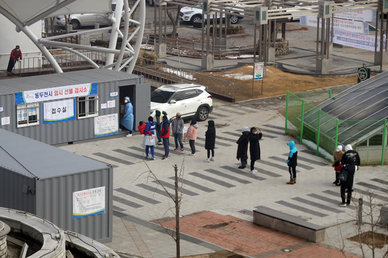 Residents line up at a Covid-19 testing center in Dongducheon, Gyeonggi, on Tuesday. [YONHAP]