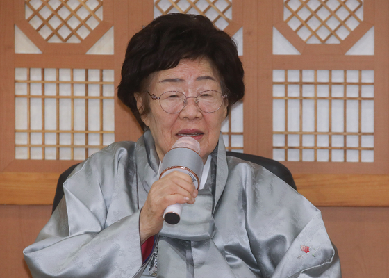Lee Yong-soo, a survivor of the Japanese military's wartime sexual slavery, speaks in a press conference at the Foreign Ministry in central Seoul Wednesday after her meeting with Foreign Minister Chung Eui-yong. [NEWS1]