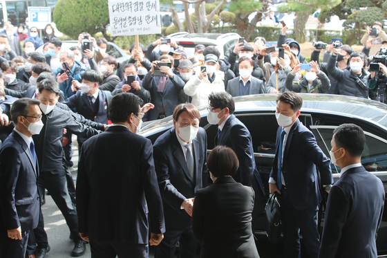 Prosecutor General Yoon Seok-youl arrives at the Daegu District Prosecutors' Office on Wednesday, surrounded by his supporters and members of the media. [NEWS1]