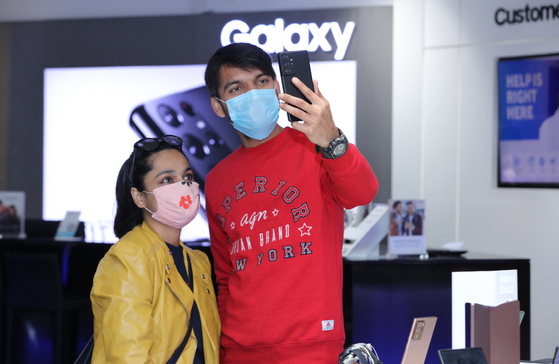 Customers in India look at Samsung Electronics' new Galaxy S21 at an exhibition hall inside the Ambience Mall, Gurugram, India. [SAMSUNG ELECTRONICS]