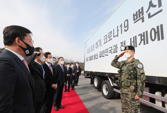 Prime Minister Chung Sye-kyun, second from left, sees off a truck carrying the fi rst AstraZeneca vaccines from the SK Bioscience factory in Andong, North Gyeongsang, Wednesday morning. [YONHAP]