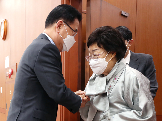 Foreign Minister Chung Eui-yong, left, shakes hands with Lee Yong-soo, a survivor of Japanese military wartime sexual slavery, ahead of a meeting at the government complex in central Seoul Wednesday. [YONHAP]