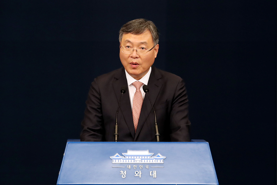 Shin Hyun-soo talks to reporters at the Blue House press center on Thursday after President Moon Jae-in accepts his resignation.  [NEWS1]