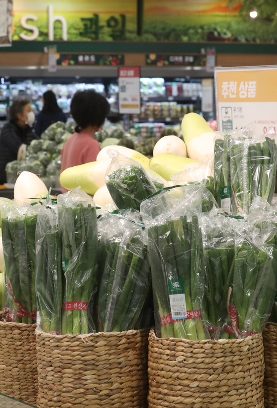Vegetables are displayed at a discount supermarket in downtown Seoul on Thursday. According to Statistics Korea, the consumer price index was up 1.1 percent to 107 in February compared to the same month last year. That's the largest increase since February 2020. [YONHAP]