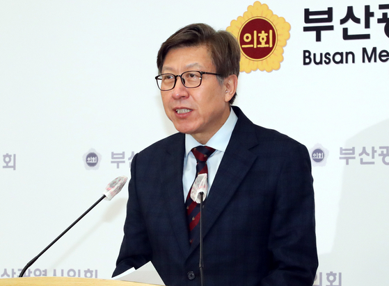 Park Heong-joon speaks at a press conference on Thursday after winning the People Power Party's primary to become its candidate of Busan mayoral by-election in April.  [SONG BONG-GEUN]