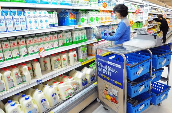 A Homeplus picker chooses milk for online shoppers. [HOMEPLUS]