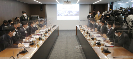 Participants in the opening ceremony of an alliance on future cars and semiconductors between the Ministry of Trade, Industry and Energy and companies, including Samsung Electronics and Hyundai Motor, listen to a speech by Kang Kyung-sung, head of the ministry's industrial policy division at Korea Chamber of Commerce and Industry headquarters in Jung District, central Seoul, on Thursday. [YONHAP]