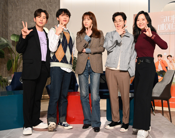"""From left, singers Lee Wonseok of Daybreak, Jung Se-woon, lyricist Kim Eana, rapper DinDin and TV producer Ok Seong-a pose during an online press conference ahead of the third season of """"Ear Mate,"""" a music and talk show on TV channel SBS's web content channel Mobidic. [SBS]"""