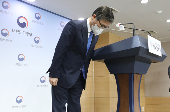 Land Minister Byeon Chang-heum on Thursday apologized after a group of Korea Land and Housing Corp. employees were accused of buying land using insider information during a press briefing in the government complex in central Seoul. [NEWS1]