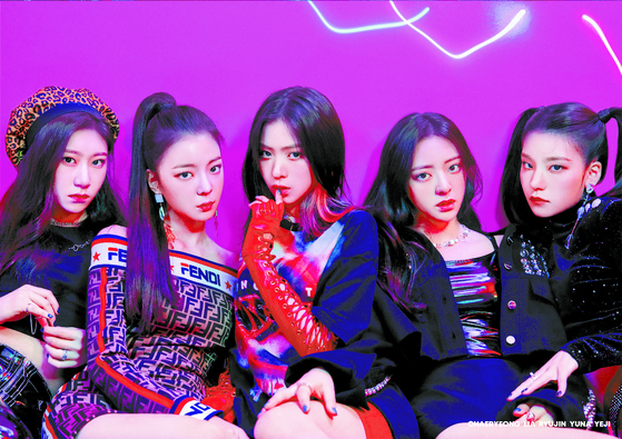 """Fourth generation"" girl group ITZY debuted in 2019 under JYP Entertainment and also has no particular member as its center. Instead, the group emphasizes diversity and its success as a team. [JYP ENTERTAINMENT]"