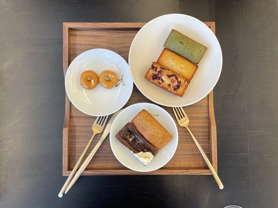 A selections of small bites available at Refreshment. The financiers look no different from the ones commonly found at French pastry shops, but feature unusual flavors. [LEE SUN-MIN]