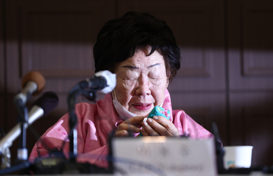 Lee Yong-soo, a 92-year-old survivor of Japanese wartime sexual slavery, cries during a press conference on Tuesday at the Korea Press Center in central Seoul. [YONHAP]