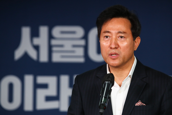 Former Seoul Mayor Oh Se-hoon gives an acceptance speech on Thursday after winning a primary to become the People Power Party's candidate in the April Seoul mayoral by-election.  [YONHAP]