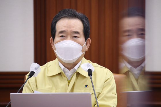 Prime Minister Chung Sye-kyun announces the latest information regarding the arrival of AstraZeneca vaccines in Korea via Covax at a meeting at the Central Government Complex in Seoul on Friday. [YONHAP]