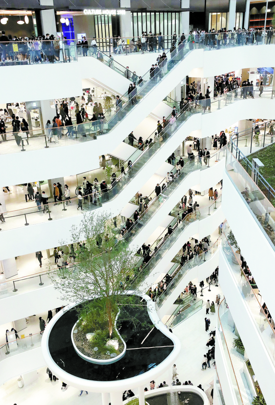 The Hyundai Seoul in Yeouido, western Seoul is crowded with customers on March 1. [NEWS1]