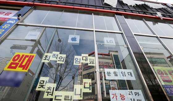 A store near Chonnam National University in Gwangju with advertisements for renters plastered on its windows. [JANG JEONG-PIL]