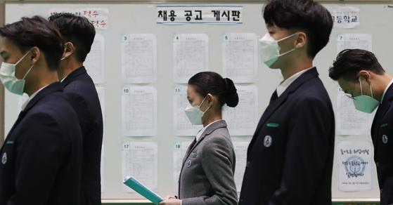High school students line up at a job fair held in Duksoo High School in Seongdong District, eastern Seoul in October. [NEWS1]