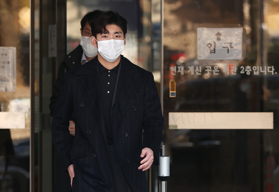 Lim Hyo-jun, a 2018 Pyeongchang Winter Olympics gold medalist, chose to naturalize as a Chinese citizen and continue his career as a player for the Chinese short track team. The photo shows Lim leaving the court after being acquitted in the second trial held at the Seoul Central District Court in Seocho-gu on Nov. 27, 2020. [YONHAP]