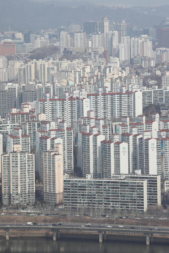Apartment complexes in Seoul seen through the observatory at the 63 Building in Yeouido, western Seoul, on Sunday. The rise in prices of apartments in the capital city has been slowing as the sales price only rose by 0.13 percent as of March 5, down 0.01 percentage points compared to the previous week. [YONHAP]