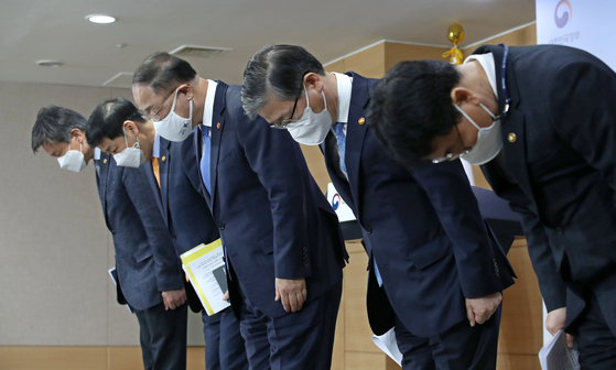 Finance Minister Hong Nam-ki, center, and Land Minister Byeon Chang-heum, second from right, apologize on Sunday at the government complex in central Seoul for a scandal involving the employees at Korea Land and Housing Corp. who allegedly bought land using insider information. [NEWS 1]