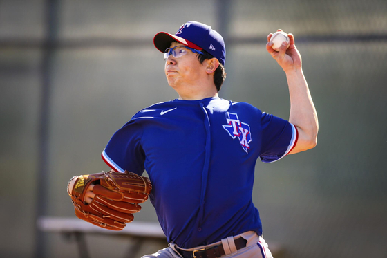 Yang Hyeon-jong, a left-handed pitcher who is participating in the Texas Rangers' spring training, throws a ball in the bullpen on Feb. 26, three days after joining the spring training. [YONHAP]