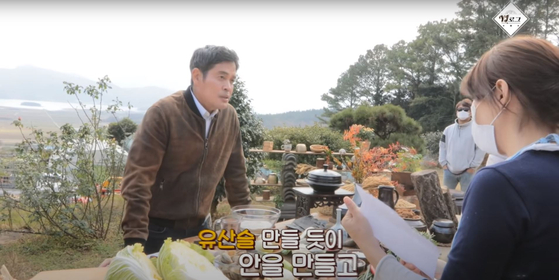 Shinsegae Group Vice Chairman Chung Yong-jin on Emart Live YouTube channel in January, where he cooked a dish using cabbage. [SCREEN CAPTURE]