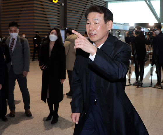 Jeong Eun-bo, Seoul's chief negotiator for the Special Measures Agreements, speaks to reporters at the Incheon International Airport Thursday ahead of talks Friday in Washington with his U.S. counterpart Donna Welton to seal a new defense cost-sharing deal. [NEWS1]