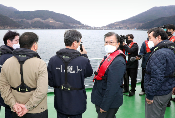 On Feb. 25, President Moon Jae-in visited Gadeok Island off Busan city to show support for the construction of an airport on the island ahead of the April 7 mayoral by-elections in Busan and Seoul. [JOINT PRESS CORPS]