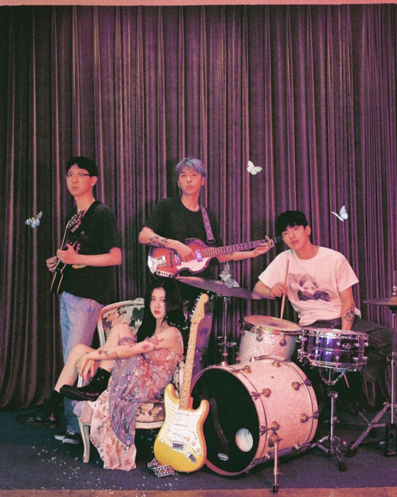 Singer-songwriter Cloud and singer Baek Ye-rin's band The Volunteers [BLUE VINYL]