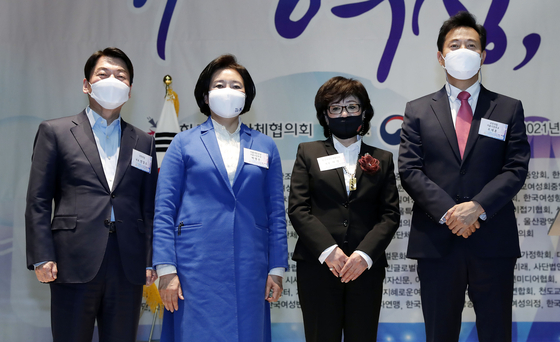 Major candidates for the Seoul mayoral by-election attend an International Women's Day celebration on Monday. From left, People's Party's Ahn Cheol-soo; Democratic Party's Park Young-sun; Huh Myeong, head of the Korean National Council of Women; and Oh Se-hoon of the People Power Party.  [YONHAP]