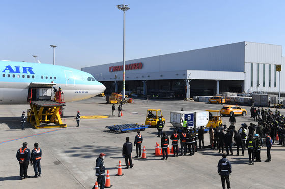 Korean Air Lines carrier transports Covid-19 vaccines at Incheon International Airport last month. [YONHAP]