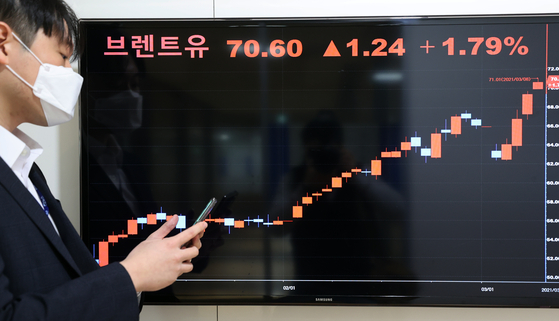 A display board at the Yonhap Infomax headquarters in Jongno District, central Seoul, shows that the price of Brent crude is at $70.60 per barrel on Monday. It reached the $70-mark for the first time since May 2019, after an attack on the facilities of Aramco in Saudi Arabia. [YONHAP]