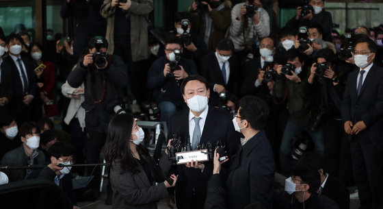 Yoon Seok-youl talks to reporters on Thursday as he leaves the Supreme Prosecutors' Office after stepping down as the prosecutor general.  [KIM GYEONG-ROK]