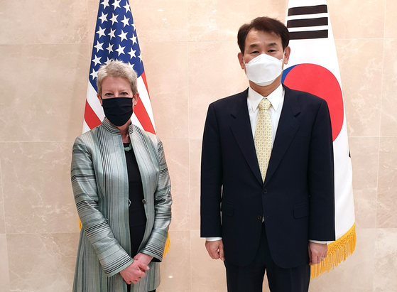 Jeong Eun-bo, right, Korea's chief negotiator for the defense cost-sharing negotiations, poses for a photo with his U.S. counterpart, Donna Welton, in Washington Sunday. [FOREIGN MINISTRY]