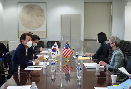 Jeong Eun-bo, left, Korea's chief negotiator for the 11th Special Measure Agreement, holds talks with his U.S. counterpart, Donna Welton, in Washington Sunday. Seoul and Washington reached a tentative agreement on defense cost-sharing after a year and a half of negotiations. [FOREIGN MINISTRY]
