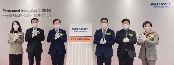Mirae Asset Financial Service CEO Ha Man-deog, third from right, Mirae Asset Life Insurance CEO Byun Jae-sang, fourth from right, and related officials pose for a photo during a ceremony on Monday in Seocho District, southern Seoul. [MIRAE ASSET LIFE INSURANCE]