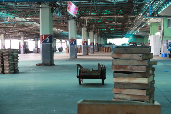 The Busan Cooperative Fish Market, the largest seafood distribution market in the country, is hauntingly empty Tuesday after more than a dozen Covid-19 infections were confirmed, leading auctions to be canceled that morning. [SONG BONG-GEUN]