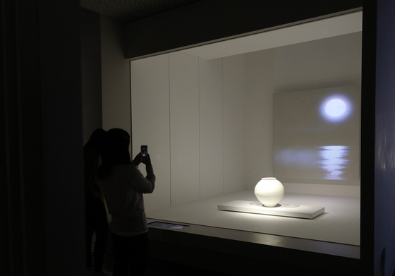 """The National Museum of Korea recently opened a """"moon jar""""-inspired room in its White Porcelain Gallery. Moon jars are a type of round, large white porcelain vase made during the Joseon Dynasty (1392-1910). [YONHAP]"""