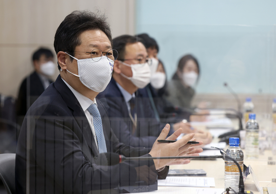 Hwang Hee, the minister of Culture, Sports and Tourism, on the far left, hosted a conference about copyright issues related to music at the ministry's office in Yongsan, central Seoul. [YONHAP]