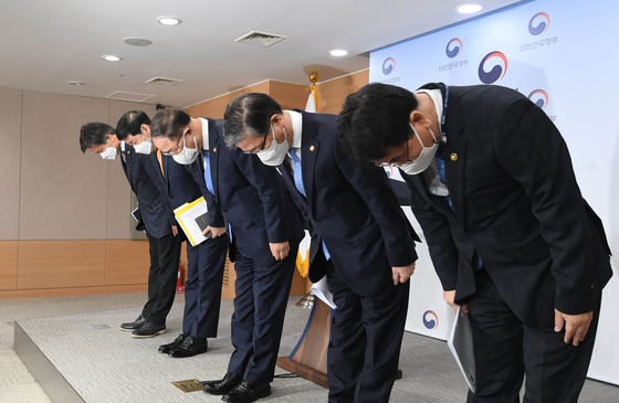 Deputy Prime Minister for Economic Affairs Hong Nam-ki, third from left, Land Minister Byeon Chang-heum, to Hong's right, and other high-level officials apologize for the alleged insider trading by employees of the Korea Land & Housing Corp. when Byeon was head of the state-run organization. [YONHAP]