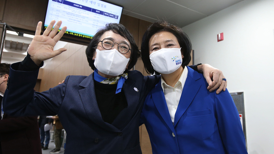 Kim Jin-ai of the Open Minjoo Party and Park Young-sun of the Democratic Party pose for a photo before a press conference to announce their agreement to back a single candidate for the April Seoul mayoral by-election.  [YONHAP]