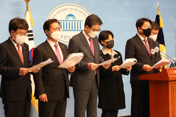 A group of lawmakers from the opposition People Power Party denounces the government Wednesday for investments by employees of the Korea Land and Housing Corp. before the announcement of a development project. [OH JONG-TAEK]