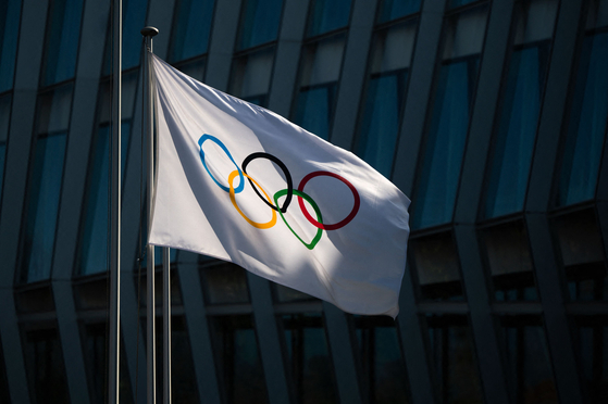 The Olympic flag flies outside the headquarters of the International Olympic Committee on Monday. [AFP/YONHAP]